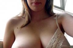 Exhibe ses gros seins dans le bus